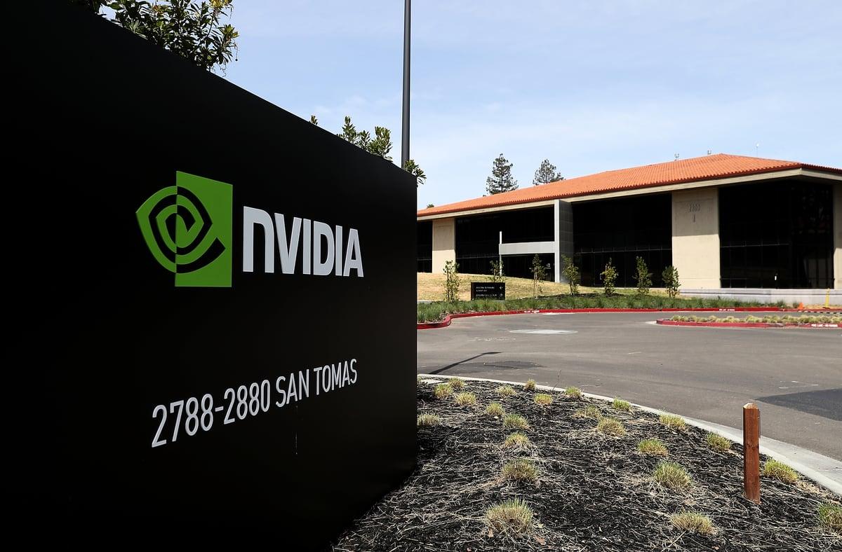 美國晶片製造商龍頭輝達(NVIDIA)周一(9月14日)證實,將以400億美元併購日本電信巨擘軟銀集團(SoftBank)旗下晶片設計商安謀(ARM)。(Justin Sullivan/Getty Images)