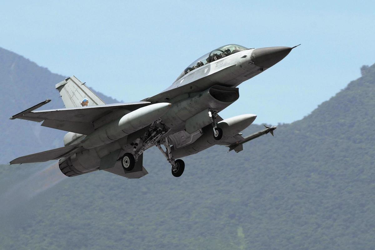 共機7月23日罕見於晚間闖入台灣西南空域防空識別區(ADIZ),24日凌晨又再次出現在西南空域。台灣空軍出動F-16、IDF戰機進行監控。圖為F-16資料照。(PATRICK LIN/AFP)