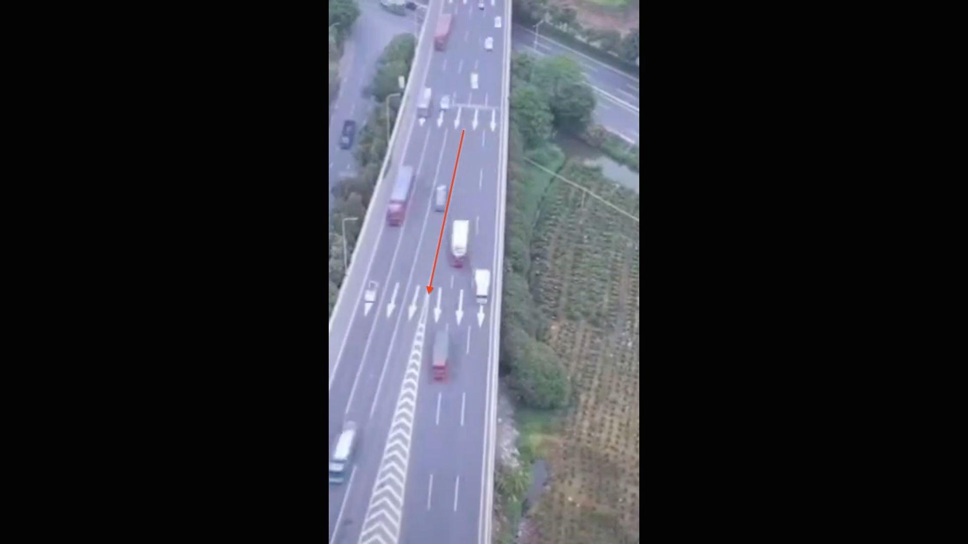 中國去年交通罰款總額3,000億元左右,平均每車罰款逾千元。有輿論指中共「生財有道」。(影片截圖)