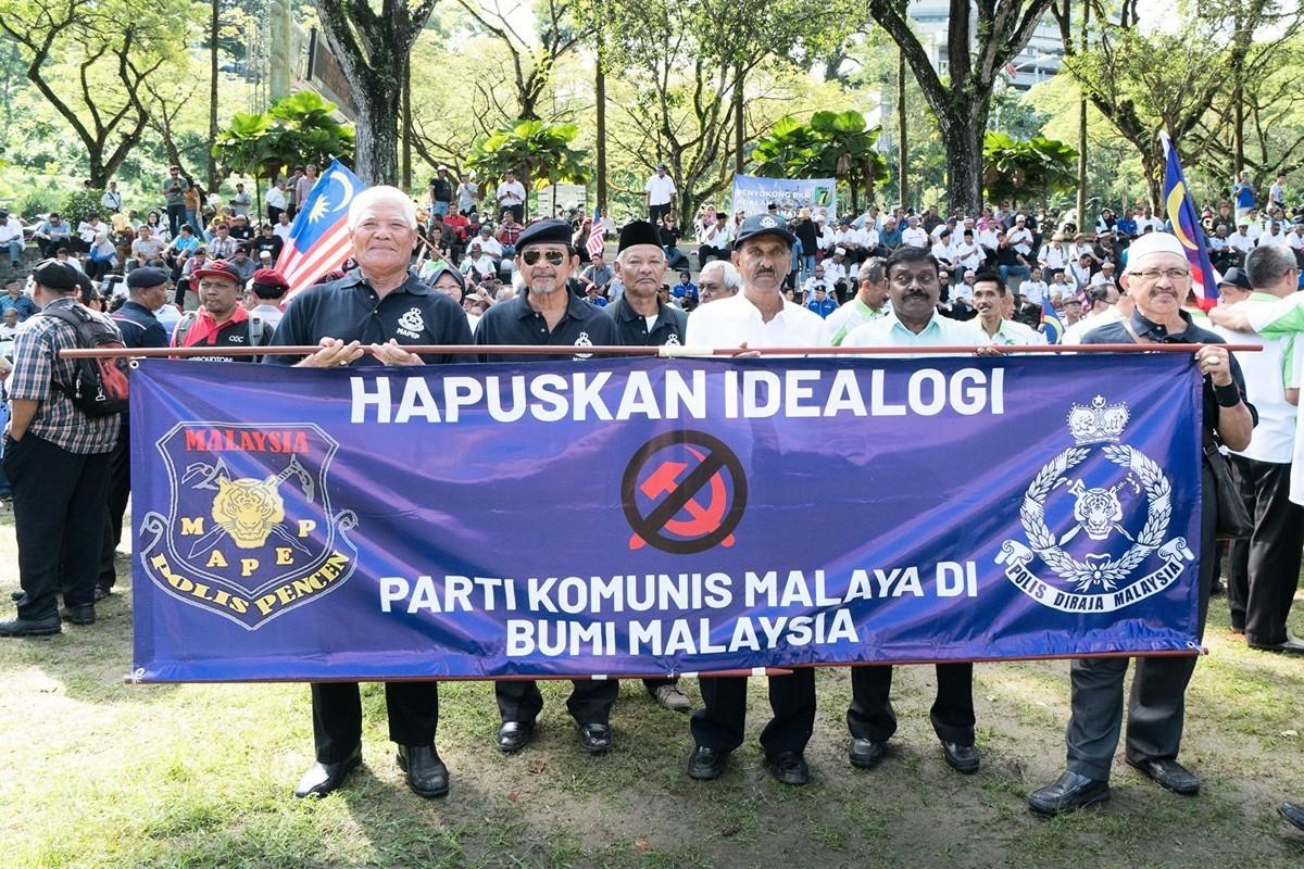 一場以「國家戰士集會,抗議共產主義」為主題的集會,於2019年12月24日上午在馬來西亞首都吉隆坡默布草場舉行。圖為馬來西亞退休警察協會高舉「消除馬來亞共產黨意識形態在馬來西亞國土」橫幅。 (朱利達/大紀元)