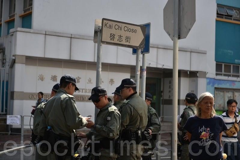 2019年11月24日,香港2019區議會選舉,荃灣啟志街有很多警察。(林楚舟/大紀元)