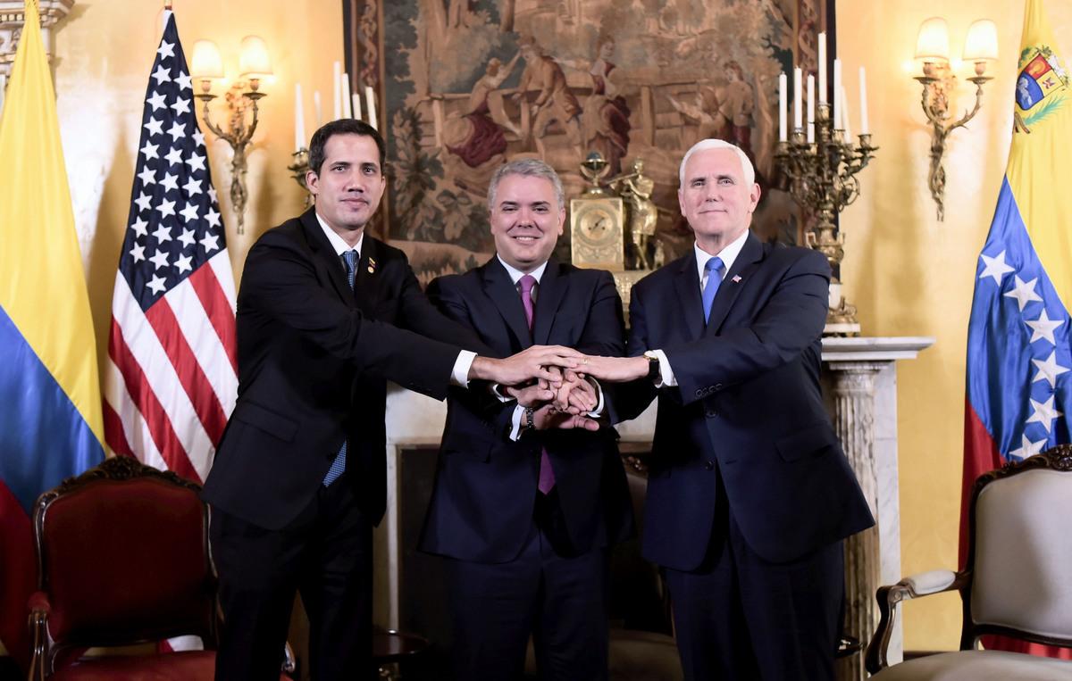 彭斯周一在哥倫比亞首都波哥大與瓜伊多和哥倫比亞總統杜克(中)會晤時說:「美利堅合眾國代表著這個半球的自由」,並將繼續支持反對派領導人瓜伊多(左)作為委內瑞拉的合法領導人。(by HO / Colombian Presidency / AFP)