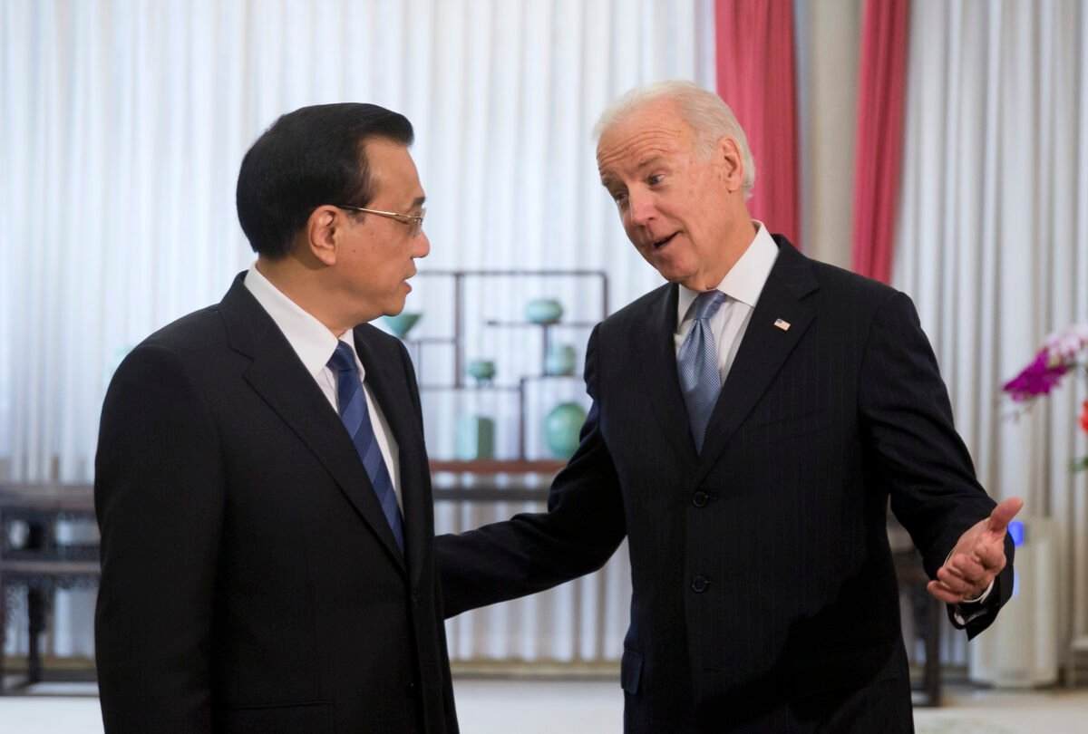 2013年12月5日,前副總統拜登在北京中南海與中共總理李克強交談。(ANDY WONG/AFP via Getty Images)