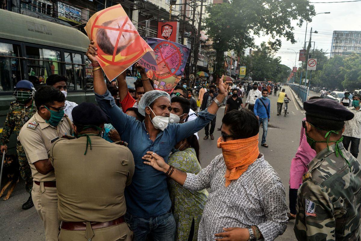 2020年6月17日,印度西里古里(Siliguri ),中印邊界衝突過後,印度民眾舉展板抗議中方。(DIPTENDU DUTTA/AFP via Getty Images)