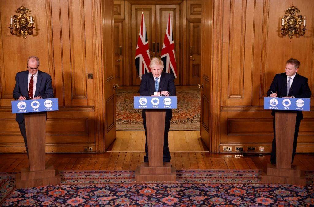 2020年12月21日,因病毒變種、疫情嚴峻,多國對英國關閉邊界,英國首相約翰遜等官員舉行新聞發佈會。(Tolga Akmen - WPA Pool/Getty Images)