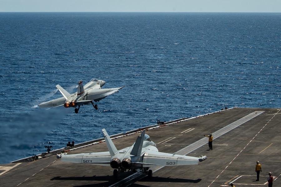 2021年4月6日,南中國海,一架F/A-18E超級大黃蜂戰機從「羅斯福」號航空母艦彈射升空。(U.S. Navy/Mass Communication 3rd Class Dartanon D. De La Garza)