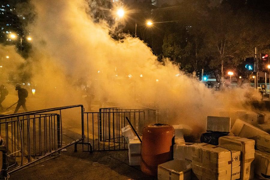 影片:催淚彈擾民 香港市民警署外怒斥警察