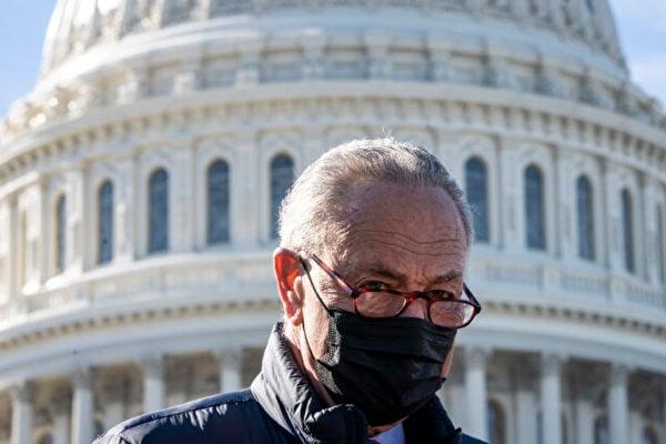 2021年2月4日,美國聯邦參議院多數黨領袖查克‧舒默(Chuck Schumer)在國會大廈前對媒體記者講話。(Drew Angerer/Getty Images)