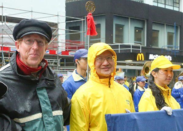 紐西蘭先進黨(Advance NZ)的重要成員克里斯·紐曼(Chris Newman,左一)出席集會並演講。(譚鑫/大紀元)
