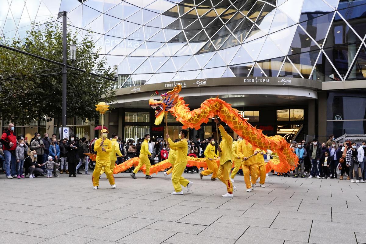 2020年10月24日,在法蘭克福法輪功學員的舞龍隊的表演獲得了許多民眾的喝采。(曹工/大紀元)