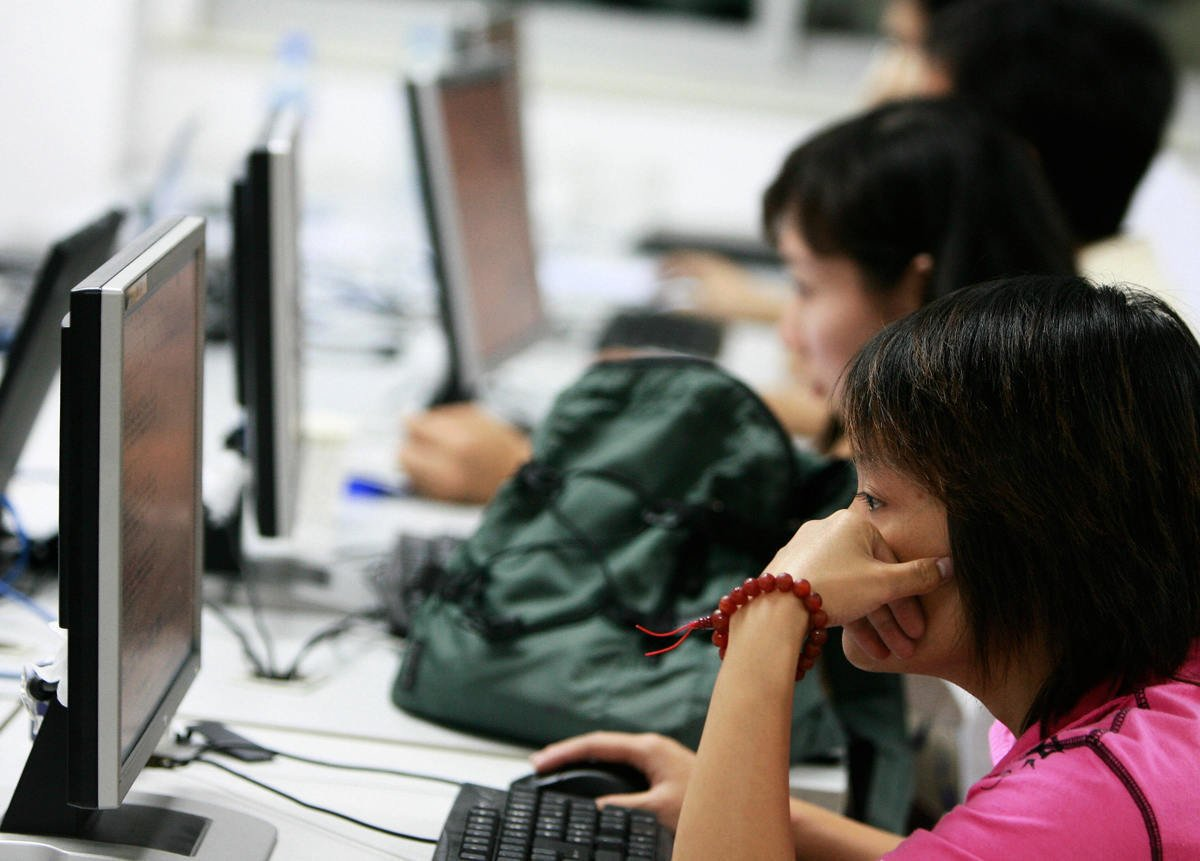 近日,中共宣傳機構為網絡監督員首次發放風控師證書。( TEH ENG KOON/AFP/Getty Images)