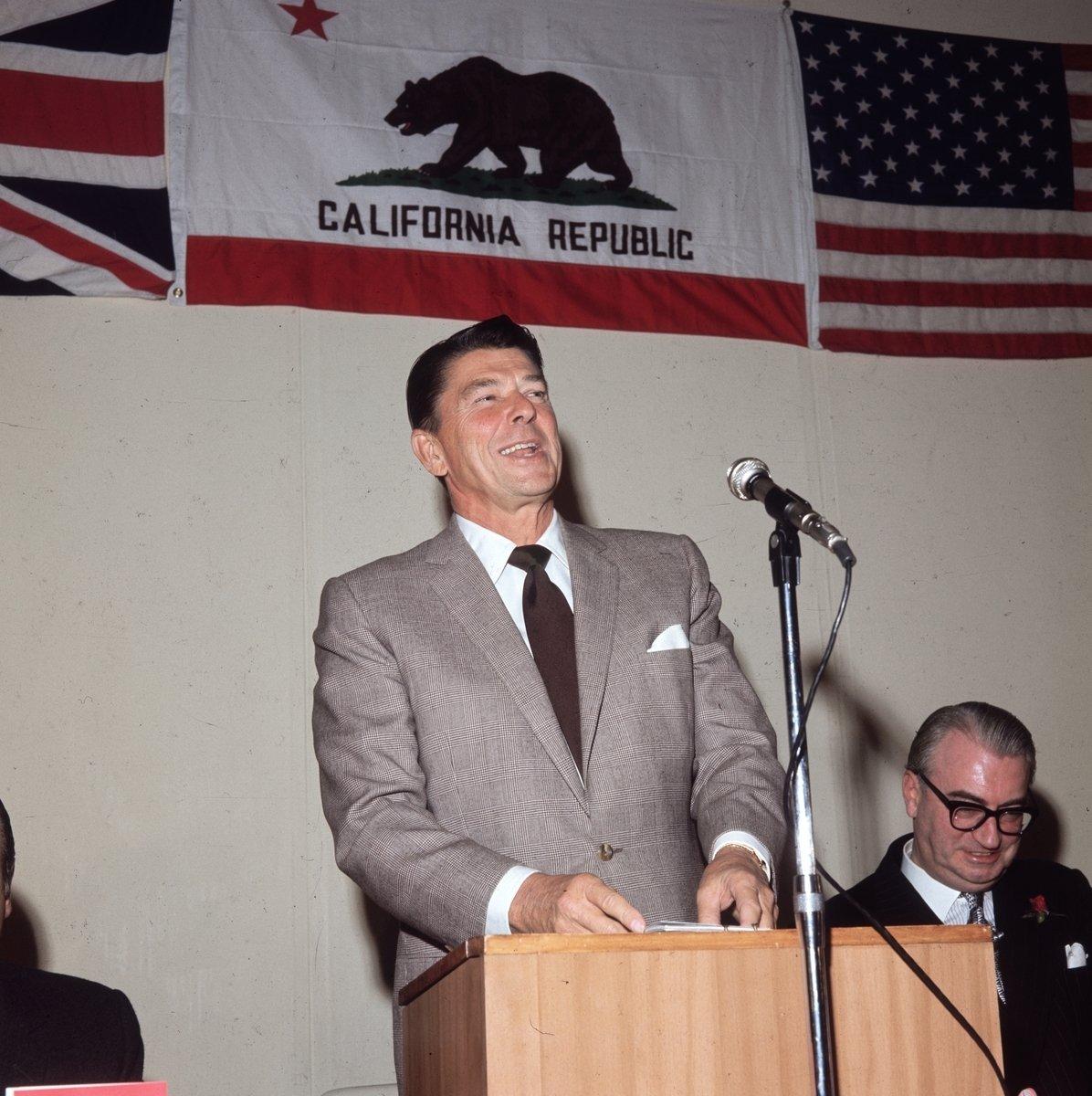 1969年11月,時任加州州長里根在訪問倫敦時的一個午餐會上發表演說。 (Mike Lawn/Fox Photos/Getty Images)