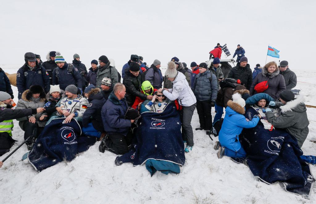 三名太空人20日安全返抵地球,降落在俄國哈薩克的雪地上。(Shamil Zhumatov/AFP/Getty Images)