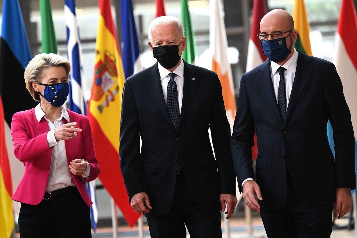 歐盟委員會主席馮德萊恩(左)、美國總統拜登(中)和歐洲理事會主席米歇爾(右)於2021年6月15日抵達歐盟總部參加美歐峰會。(BRENDAN SMIALOWSKI/AFP via Getty Images)
