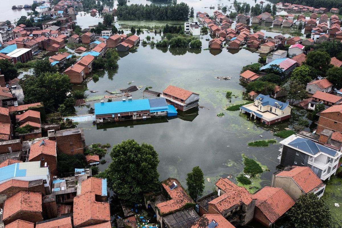 俯視圖顯示,2020年7月18日,由於江西省九江市的長江水位不斷上漲,當地大量住宅被洪水淹沒。(HECTOR RETAMAL/AFP via Getty Images)