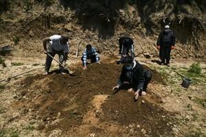 印度疫情慘狀 徹夜挖墓 臨時公園掩埋【影片】