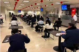 組圖:中共肺炎疫情嚴重需隔離 員工食堂吃飯如高考