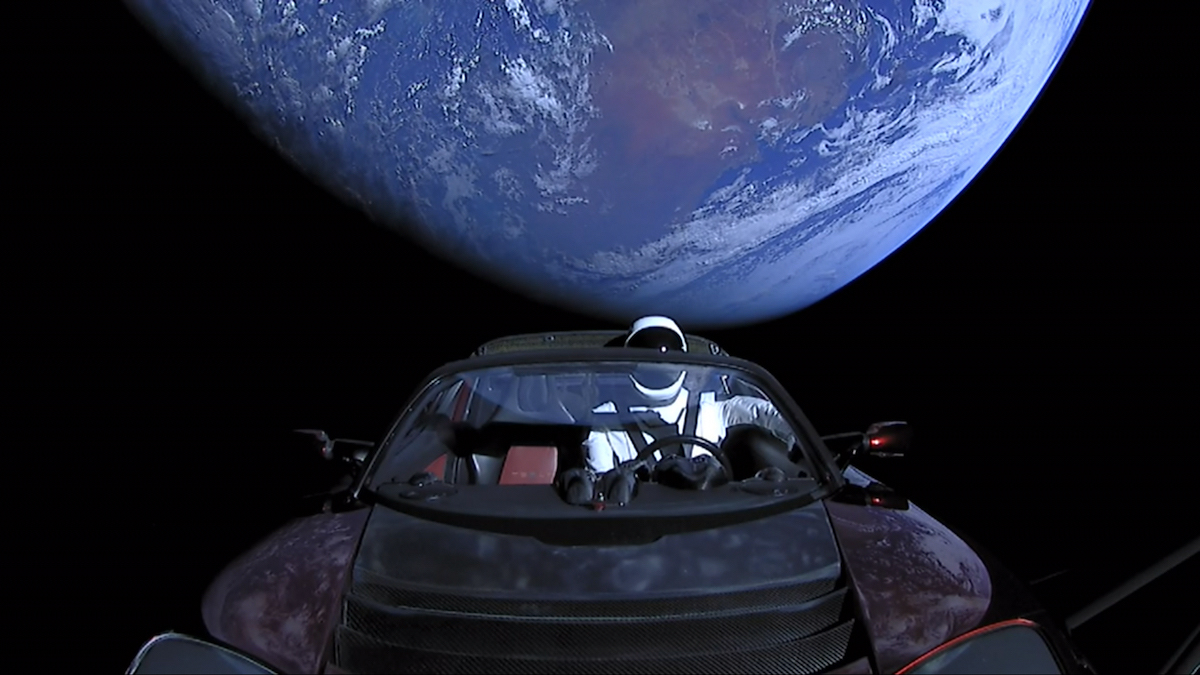 馬斯克的2008款特斯拉(Tesla)紅色電動敞篷跑車於2018年飛離地球,Starman身穿太空服坐在駕駛位置上。(SpaceX/公有領域)