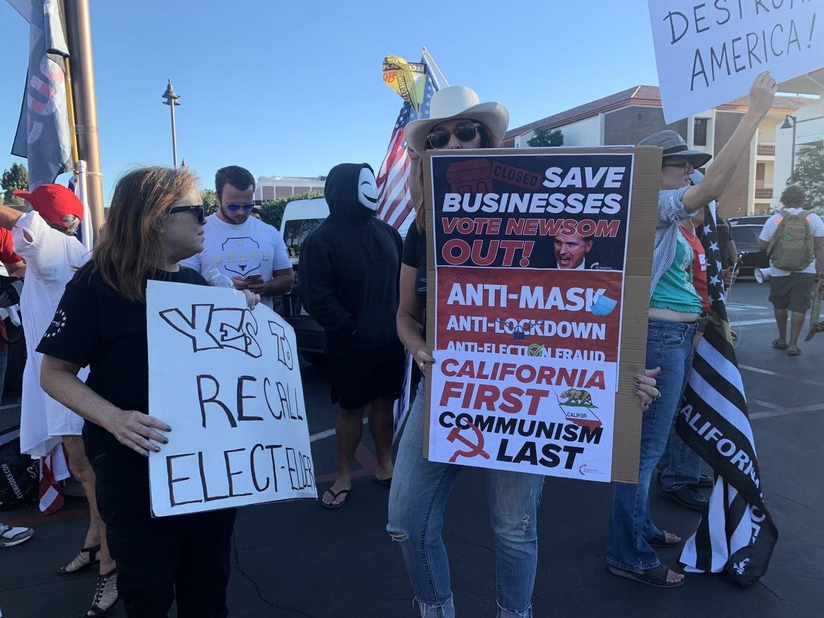 9月13日,美國總統拜登(Joe Biden)抵達加州洛杉磯,為正在面臨罷免選舉的州長紐森站台,但沿途有上千名加州民眾抗議,呼籲罷免紐森。(姜琳達/大紀元)