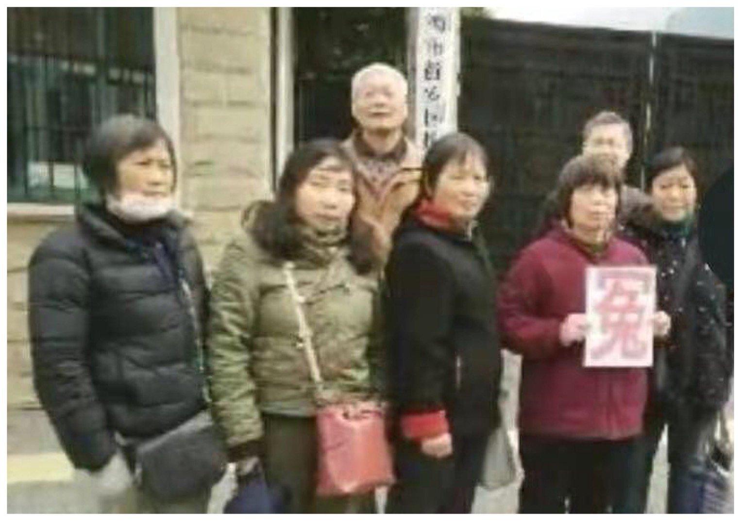 上海普陀區訪民周靜智(左一)兩會前被綁架關黑監獄迫害,曝曾被打毒針,回家後不久死亡。(受訪者提供)