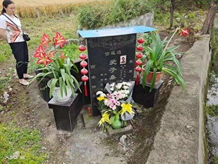 桑先生5月12日下午回來以後在孩子的墳墓前點上蠟燭,獻上鮮花,表達自己的哀思。他和妻子在家裏哭了一下午。(受訪者提供)