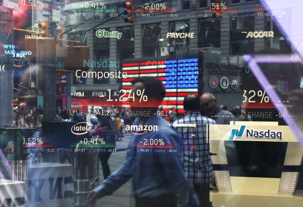 美國財經媒體分析,儘管大眾擔心經濟衰退的情況上升,但有硬數據顯示,美國的經濟仍然強勁,這些擔憂或被誇大。圖為人們經過納斯達克市場窗口的身影。(Spencer Platt/Getty Images)