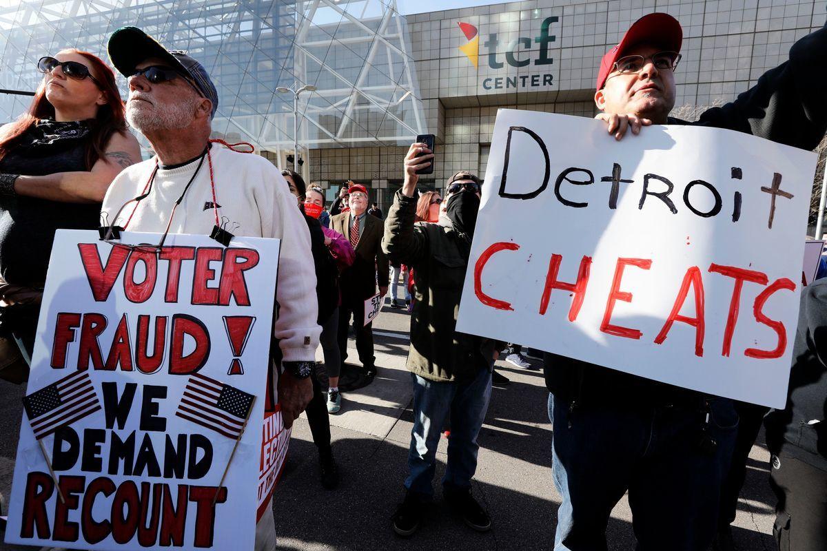 在密歇根州奧克蘭縣,因為計票錯誤,共和黨縣議員亞當‧科琴德弗(Adam Kochenderfer)一度被宣佈落選。圖為密歇根州要求重新計票的民眾。 (JEFF KOWALSKY/AFP via Getty Images)