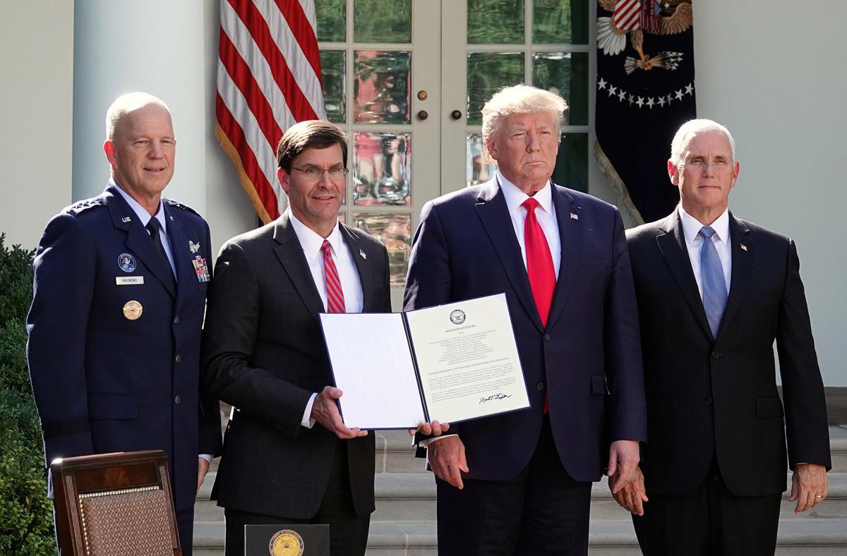 2019年8月29日,美國正式成立太空司令部。美國總統特朗普、副總統彭斯、國防部長埃斯珀(Mark T. Esper)和太空司令部首任司令雷蒙(John W. Raymond)參加了在白宮舉行的簽字儀式。(亦平/大紀元)