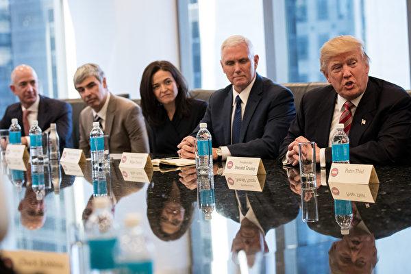 2016年12月14日,總統特朗普在紐約特朗普大廈首次與科技巨頭的高管會面。自左至右:亞馬遜CEO貝佐斯、谷歌首席執行官佩奇、臉書公司首席營運官桑德伯格 ,新當選副總統彭斯和總統特朗普。(Drew Angerer/Getty Images)
