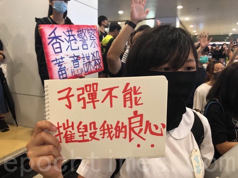 2019年10月2日,大批市民響應網民呼籲於12:30到中環遮打花園集合抗議警暴,有人走出干諾道中佔領部份行車線。不少人身穿西裝,沿途呼喊「解散警隊,刻不容緩」及「光復香港,時代革命」等口號。學生拿「子彈不能摧毀我的良心」。(余天祐/大紀元)