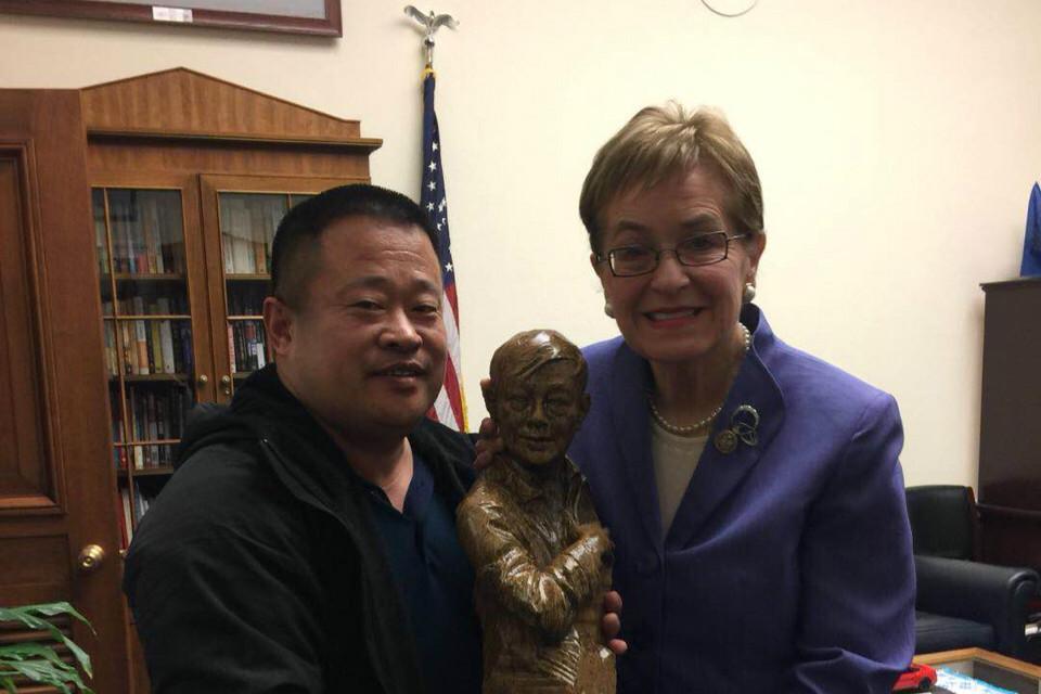 2018年12月10日,劉因明代表海外民主運動聯席會議向美國眾議院女議員Marcy Kaptur(馬西.卡普特)祝賀她獲得第四屆「人權自由衛士獎」。(受訪人提供)