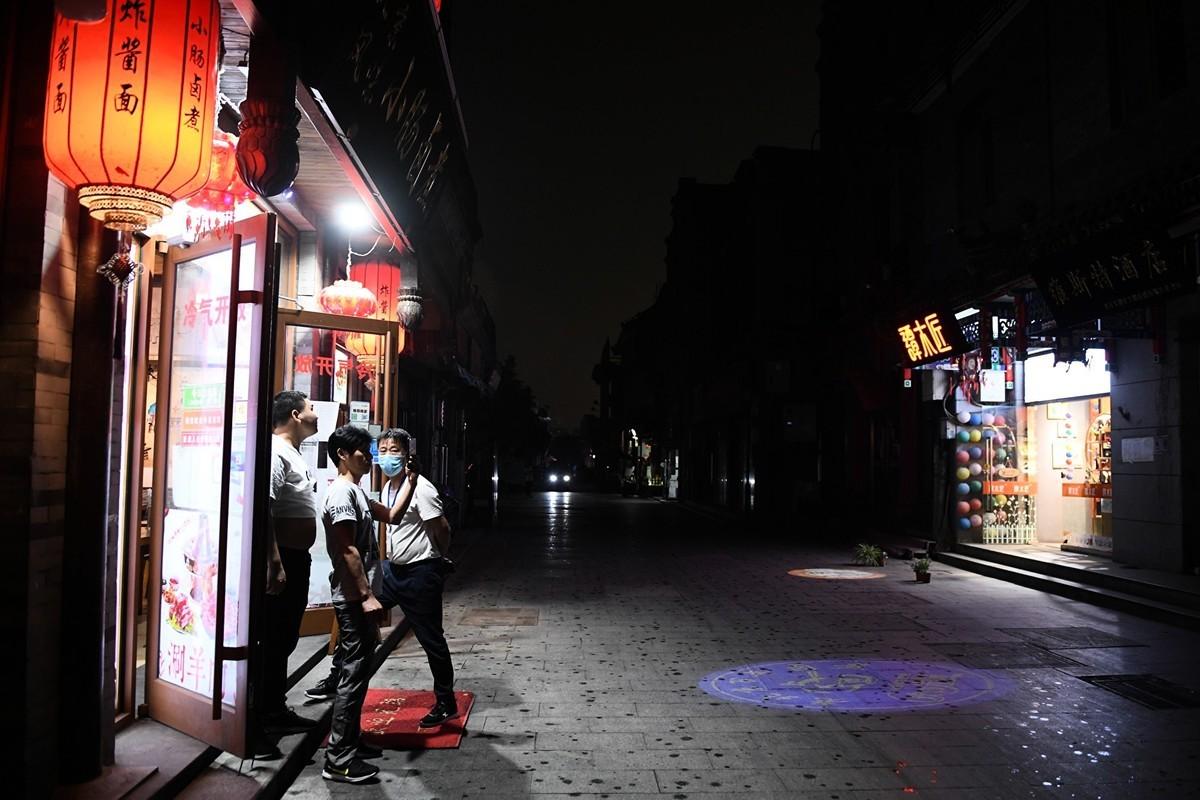 5月21日中共兩會首日,天降異象。圖為開幕之際,北京天空突然變黑。(GREG BAKER/AFP via Getty Images)