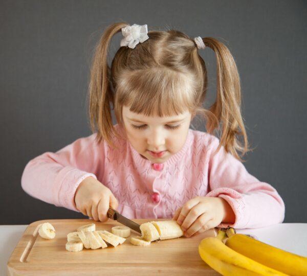 參加適齡的冒險活動,如學習刀術,有助於兒童提升應對能力。(Maryna Pleshkun/Shutterstock)