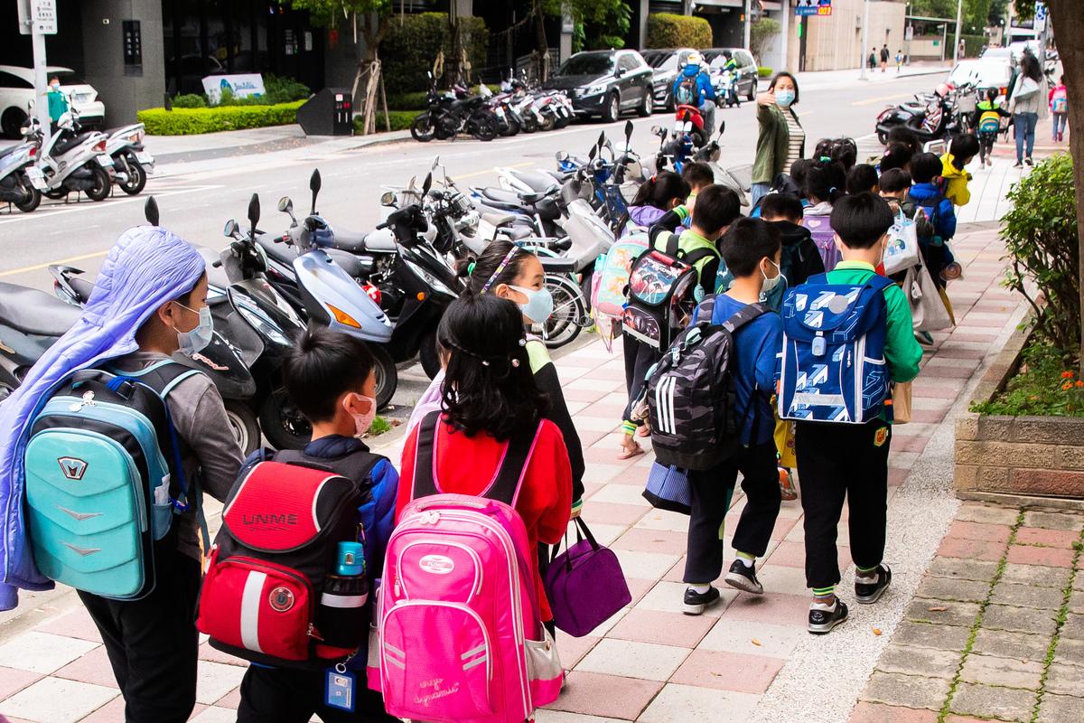 彭博社指出,全球恐怕剩下台灣學生是「全面到校上課」,卻沒有看到確診病例激增的趨勢。圖為示意照。(陳柏州/大紀元)