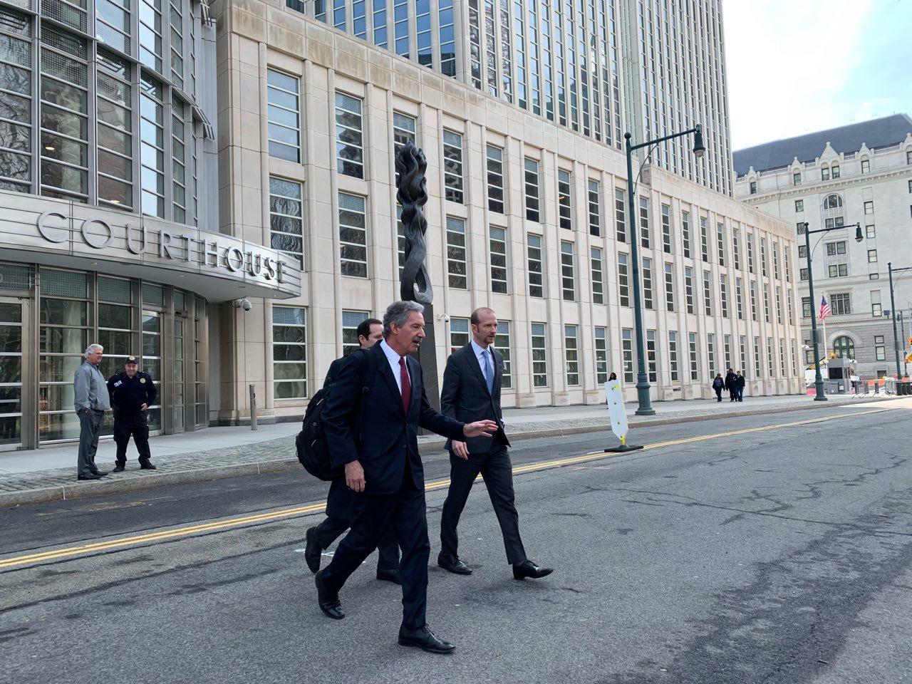 因被控13項罪名,3月14日,分別代表華為技術有限公司及其兩家附屬公司的三名律師在布魯克林的紐約東區聯邦法院出庭聆訊。華為表示不認罪。(蔡溶/大紀元)