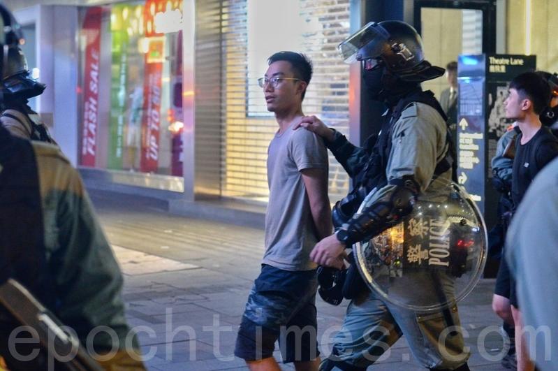 2019年11月13日,香港局勢持續升溫,全城幾近癱瘓。皇后大道中防暴逮捕數人。(宋碧龍/大紀元)