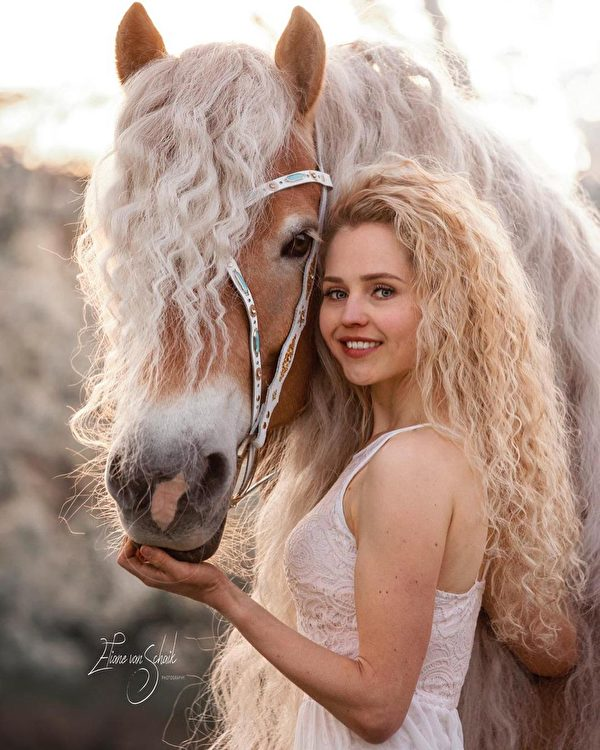 娜奧米和迷人的「長髮公主」馬。(由娜奧米·貝克斯授權/Alina Nieman Photography提供)