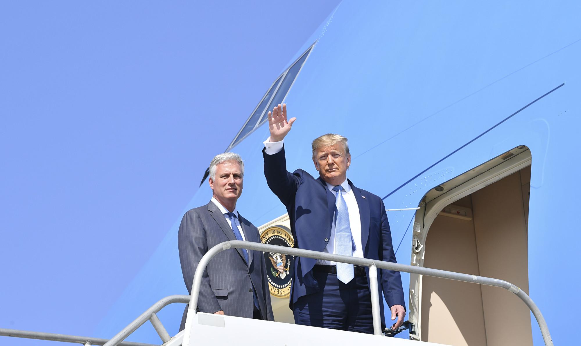美國總統特朗普上周三(9月18日)任命美國人質談判代表羅伯特‧奧布萊恩(Robert O'Brien,左)擔任他的新白宮國家安全顧問。圖為上周三奧布萊恩和特朗普在加州。(Nicholas Kamm / AFP)