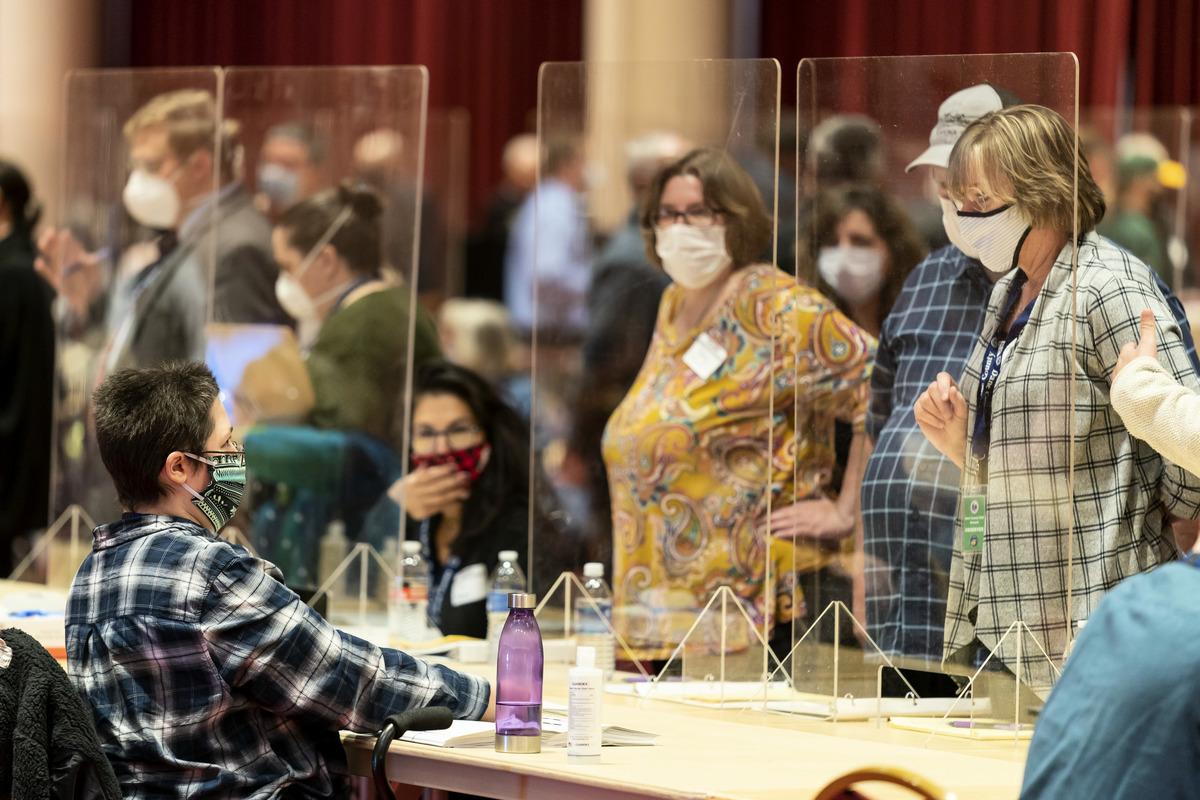 2020年11月20日,美國威斯康辛州麥迪遜,戴恩縣一位選舉工作人員在重新點票過程中,向特朗普競選團隊的代表(右)展示選票。(Andy Manis/Getty Images)