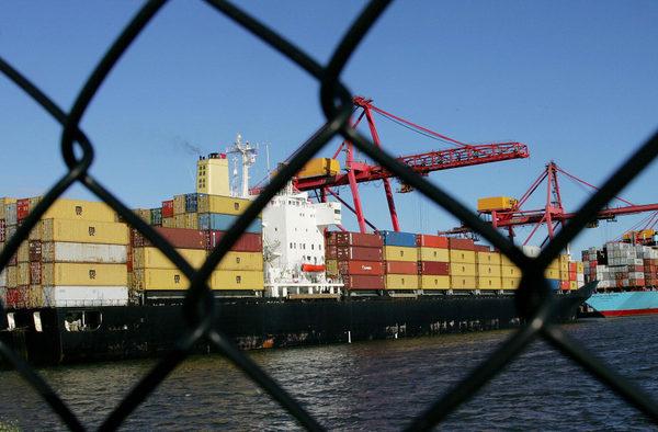 中共官媒刊文承認,中美貿易戰對中共構成嚴重挑戰,中美博弈遠未結束。(WILLIAM WEST/AFP/Getty Images)