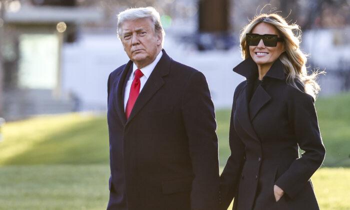 2020年12月23日特朗普夫婦在白宮南草坪。(Tasos Katopodis/Getty Images)