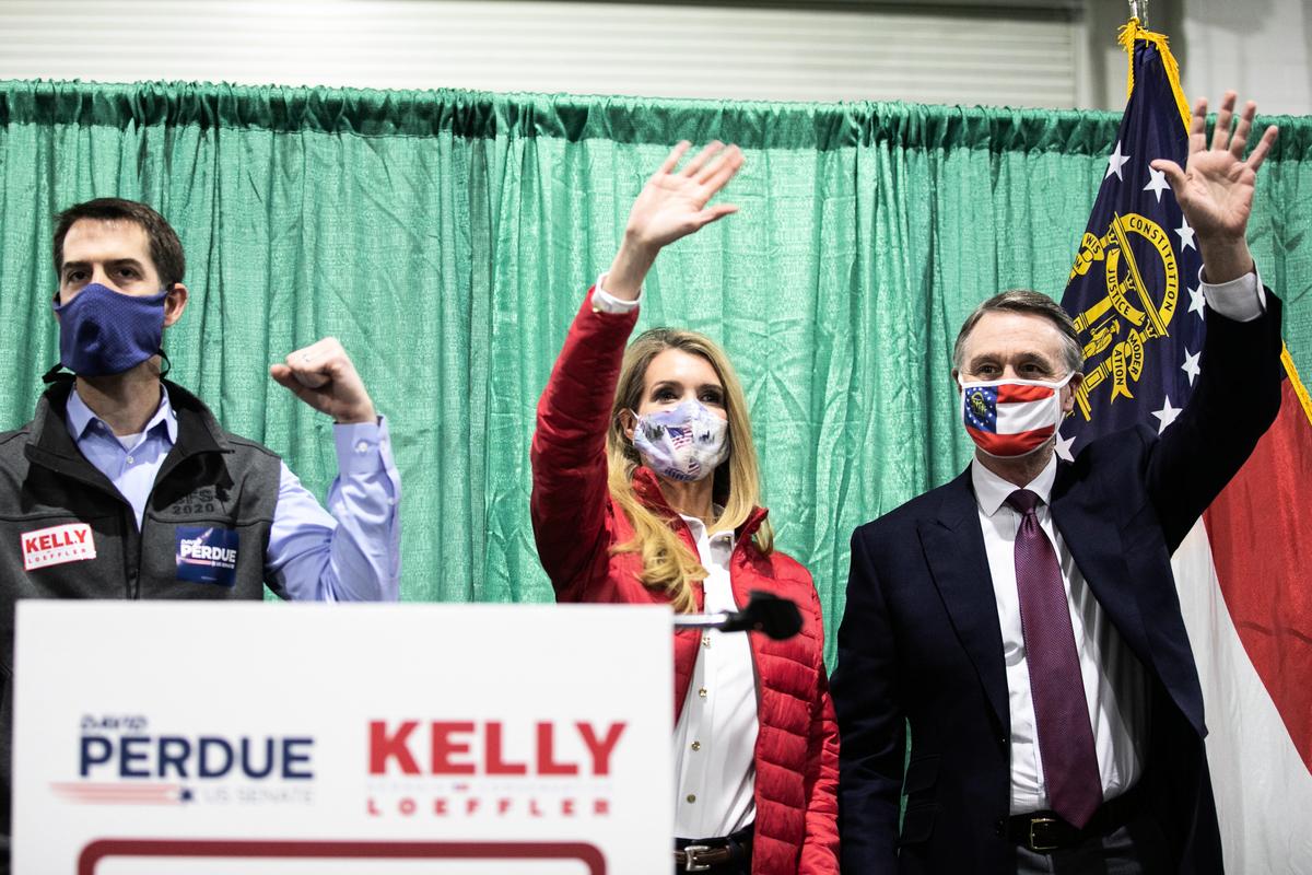 佐治亞州聯邦參議員大衛‧珀杜(David Perdue)(右一)和凱利‧洛夫勒(Kelly Loeffler)(右二)表示,支持特朗普要求佐州重新點票。(Jessica McGowan/Getty Images)