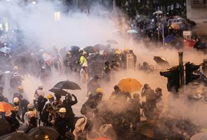港警抓近900人 港人質疑執行北京指令?