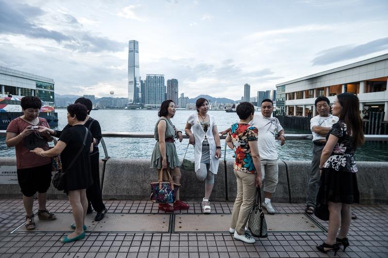 大陸知名旅遊平台「途牛旅遊網」近日被曝已經開始裁員,公司業績持續虧損。圖為到香港旅遊的大陸旅客(AFP)