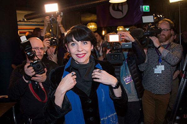 媒體聚焦海盜黨黨魁Birgitta Jonsdottir(中)。(AFP/Getty Images)