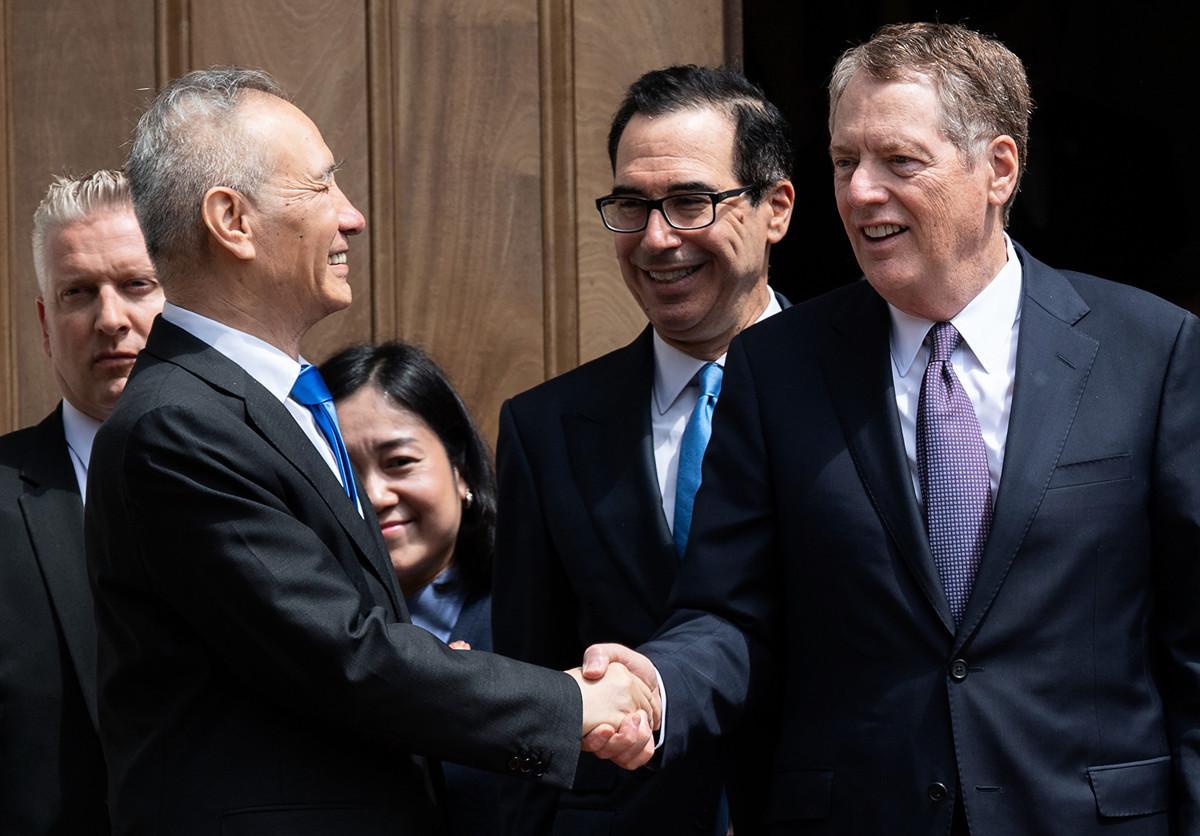 一名美國官員表示,周二(7月9日),美國貿易代表羅伯特・萊特希澤(右)、財政部長史蒂芬・姆欽(中)與中共國務院副總理劉鶴(左)、商務部部長鍾山電話會談。圖為今年5月初劉鶴來美與美方會談。(SAUL LOEB/AFP/Getty Images)