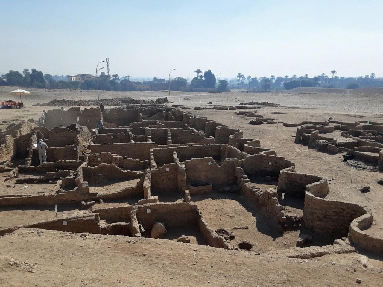 埃及知名考古學家哈瓦什(Zahi Hawass)2021年4月8日宣佈,在樂蜀西岸帝王谷(Valley of the Kings)附近發現被沙土淹沒的「失落的黃金城市」,有三千多年歷史。(AFP/Egyptian Ministry of Antiquities)