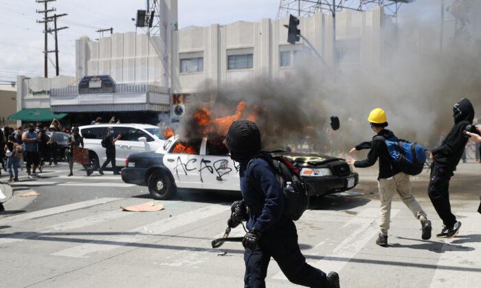 2020年5月30日,一輛洛杉磯警車在黑命貴示威活動中被暴徒放火焚燒。(Mario Tama/Getty Images)