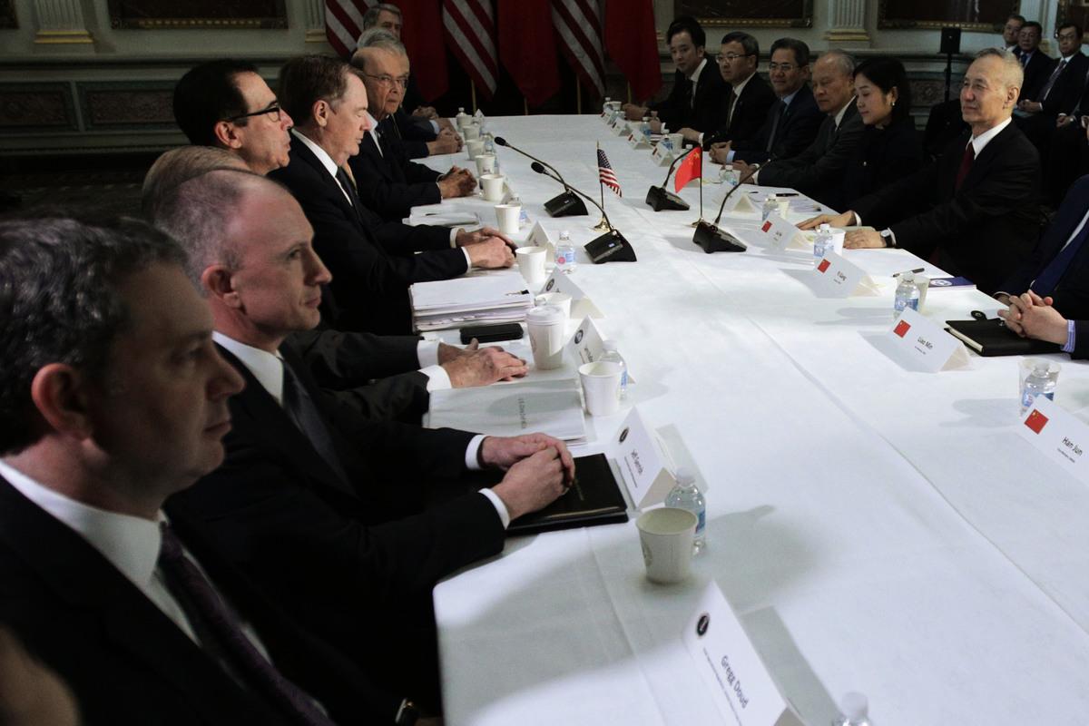 圖為中美高級官員二月下旬在華府舉行貿易談判。(Alex Wong/Getty Images)