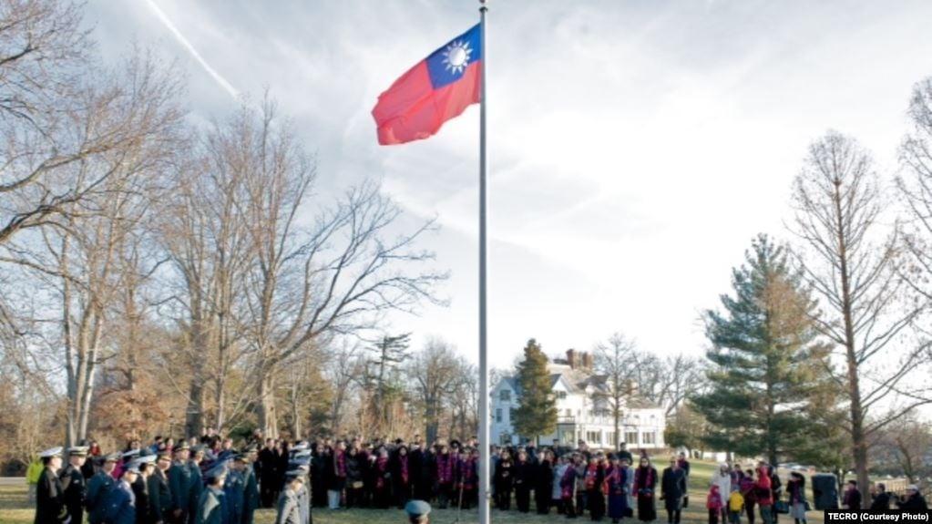 中華民國駐美代表處2015年1月1日在華盛頓雙橡園舉行元旦升旗儀式。(中華民國駐美國台北經濟文化代表處/美國之音提供)
